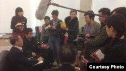 胡徳平在新书座谈会上接受釆访(陈有西律师微博图片)