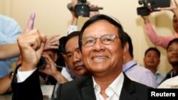 ທ່ານ Kem Sokha ປະທານພັກກູ້ຊາດຂະແມ ຫລື CNRP ຊຶ່ງເປັນພັກຝ່າຍຄ້ານນັ້ນ ໄປປ່ອນບັດ ຢູ່ໃນການເລືອກຕັ້ງໃນຂັ້ນທ້ອງຖິ່ນ ທີ່ແຂວງ Kandal ຂອງກໍາປູເຈຍໃນວັນທີ 4 ມິຖຸນາ 2017