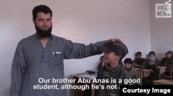 """""""Birodarimiz Abu Anas arab bo'lmasa-da, yaxshi o'quvchi"""", - deydi al-Nusra ekstremist guruhi muallimi"""