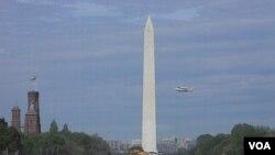 El Discovery vuela a lomos del Jumbo 747 pasando junto al Monumento a Washington en medio de una explosión de emoción del público.