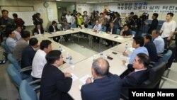 남북한이 16일부터 개성공단 재가동에 들어가기로 합의한 가운데, 11일 서울 개성공단 정상화 촉구 비상대책위원회 관련자들이 전체회의를 하고 있다.
