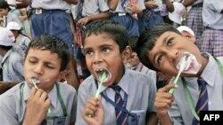 Rất nhiều nước muốn đạt kỷ lục để ghi vào Guinnes. Năm 2007 Trẻ em Ấn Ðộ cùng nhau đánh rằng nhằm phá kỷ lục nhiều người nhất cùng đánh răng
