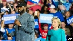 Bintang NBA dan Cleveland Cavaliers LeBron James saat berkampanye untuk kandidat presiden AS dari Partai Demokrat Hillary Clinton di Cleveland, Ohio (6/11). (AP/Phil Long)