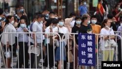 江苏省南京市民排队接受新冠病毒核酸检测。(2021年7月21日)