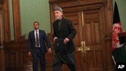 阿富汗总统卡尔扎伊离开在总统府举行的记者会(资料照片2014年1月25日)