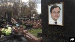 Nadgrobni spomenik ruskom borcu protiv korupcije, advokatu Sergeju Magnickom, koji je umro u zatvoru
