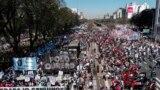 Ribuan warga di Buenos Aires, Argentina, turun ke jalan untuk memprotes pemerintahan presiden Alberto Fernandez pada 16 September 2021. Mereka menuntuk perbaikan ekonomi di tengah krisis politik yang terjadi di negara tersebut. (Foto: AFP/Magali Carvantes)