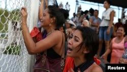 브라질 마나우스 시에 있는 '아니지우 조빙' 교도소에서 폭동이 발생해 수 십명의 수감자들이 사망한 가운데 수감자의 친인척들이 교도소 앞에서 울음을 터뜨리고 있다.