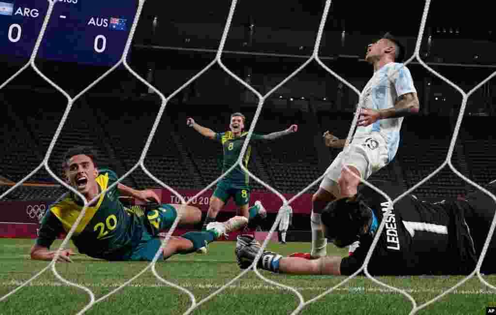خوشحالی بازیکنان تیم المپیک فوتبال استرالیا پس از به ثمر رساندن گل اول در مقابل آرژانتین در گروه C از بازیهای المپیک تابستانی ۲۰۲۰ توکیو. استرالیا با نتیجه ۲ بر صفر برنده این بازی شد.