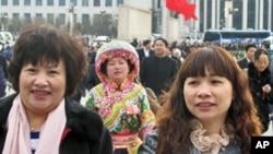人大女代表步入人大会堂