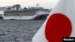 Du thuyền Diamond Princess neo đậu ngoài khơi Nhật Bản.