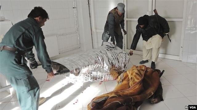 26일 아프가니스탄 미군 기지 인근에서 발생한 자살폭탄 공격 사망자 시신.