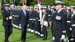 Wapres AS Joe Biden memeriksa pasukan kehormatan dalam kunjungan di Auckland, Selandia Baru, Kamis (21/7).