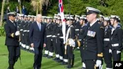美国副总统拜登(中)在新西兰检阅仪仗队