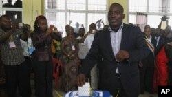 Joseph Kabila déposant son bulletin de vote le 28 novembre 2011