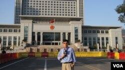 济南高级法院,门前站立者为美国之音驻华记者东方 (美国之音记者东方提供)