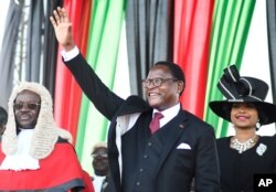 Presiden Malawi yang baru terpilih Lazarus Chakwera menyapa para pendukung setelah dilantik di Lilongwe, Malawi, 28 Juni 2020. (Foto: AP)