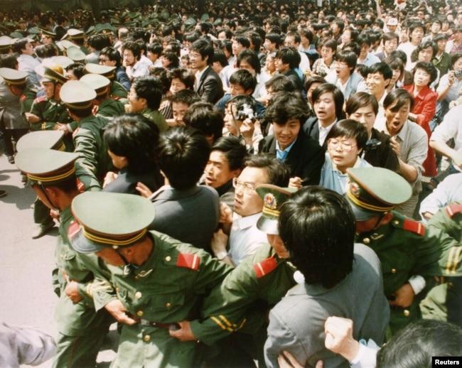 资料照:1989年天安门广场试图冲破军人封锁线的青年学生。
