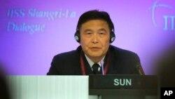 ພົນເຮືອເອກ Sun Jianguo ຊຶ່ງເປັນຮອງເສນາທິການກອງທັບປົດປ່ອຍປະຊາຊົນຈີນ ຕອບຄຳຖາມຕ່າງໆ ຈາກບັນດາແຂກເຂົ້າຮ່ວມໃນກອງປະຊຸມສຸດຍອດ ຄວາມໝັ້ນຄົງ ເອເຊຍ ຂອງສະຖາບັນນານາຊາດ ເພື່ອການສຶກສາຍຸດທະສາດ ຄັ້ງທີ 14th ຫຼື IISS Shangri-la Dialogue, ວັນທີ 31 ພຶດສະພາ 2015, ໃນປະເທດ ສິງກະໂປ.