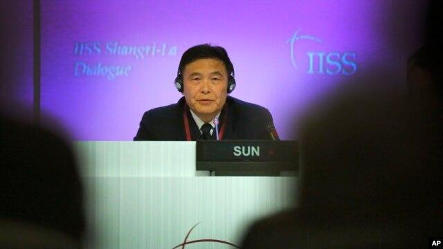 Đô đốc Trung Quốc Tôn Kiến Quốc phát biểu tại Đối thoại Shangri-La ở Singapore, ngày 31/5/2015. Ông Tôn nói rằng các công trình xây dựng là 'hợp lý, hợp lệ và chính đáng', và mục đích của những dự án đó là để cung cấp 'các nghĩa vụ quốc tế'.
