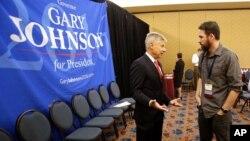 Le candidat libertarien Gary Johnson discute avec un délégué lors de la convention du parti, le 27 mai 2016, à Orlando, en Floride.