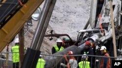 매몰된 광부들을 구조하기위해 드릴로 암반을 뚫고 구조공(孔.터널)을 설치하는 장면