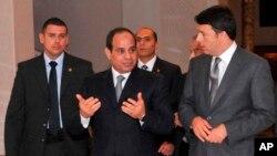 Tổng thống Ai Cập Abdel-Fattah el-Sissi (giữa) là người lãnh đạo lật đổ cựu Tổng thống Mohamed Morsi.
