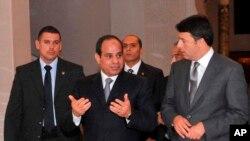 لحظاتی پیش از کنفرانس خبری مشترک عبدالفتاح السیسی رئیس جمهوری مصر (چپ) و ماتئو رنزی نخست وزیر ایتالیا (راست) - قاهره، ۱۱ مرداد