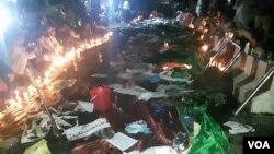جمع کثیری از مظاهره کنندگان روز شنبه در پای محل رویداد به یادبود ازکشته شدگان حملۀ روز شنبه شمع روشن کرده و مجلس تلاوت قرآن را برگزار کرده اند.