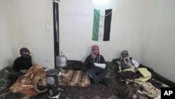 """""""自由敘利亞軍""""受傷的武裝人員星期四在醫院內等候救治"""