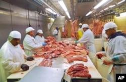 2015年7月18日芝加哥屠宰场工人切猪肉。