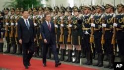 中国国家主席习近平和来访的韩国总统文在寅检阅仪仗队(2017年12月14日)