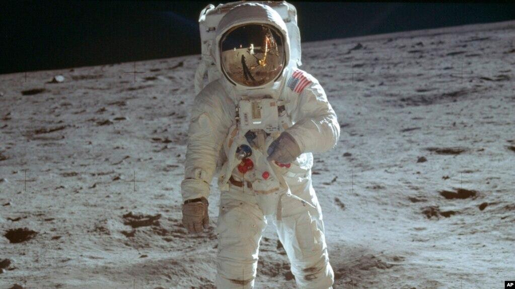 Phi hành gia Buzz Aldrin đi trên bề mặt Mặt trăng trong chuyến thăm dò của sứ mạng Apollo 11.