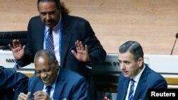 Issa Hayatou rais wa CAF na kaimu katibu mkuu wa FIFA Markus Kattner
