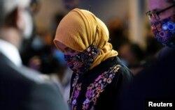 Perwakilan AS Ilhan Omar terlihat sebelum upacara peringatan George Floyd setelah kematiannya di tahanan polisi Minneapolis, di Minneapolis, AS, 4 Juni 2020. (Foto: Reuters / Nicholas Pfosi)