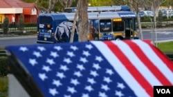 漆着吉祥物食蚁兽的欧文加大巴士停在校区(美国之音国符拍摄)