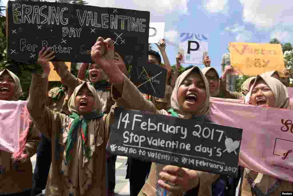 تظاهرات دانشجویان مسلمان علیه جشن روز ولنتاین در شهر سورابایا در اندونزی.