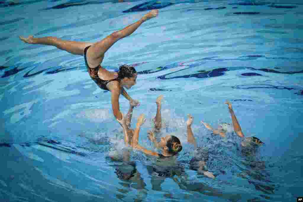 ក្រុមកីឡាកររបស់ម៉ាឡេស៊ីប្រកួតហែលទឹកក្នុងវគ្គផ្តាច់ព្រឹត្រនៃការប្រកួត Team Free Routine Synchronized Swimming នៅកីឡា SEA Games ក្នុងក្រុងគូឡាឡាំពួ ប្រទេសម៉ាឡេស៊ី។