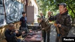 Các phần tử thân Nga kiểm tra súng bên trong căn cứ tiểu đoàn Vostok ở Donetsk, miền đông Ukraine, 17/9/2014.
