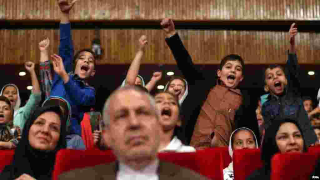 خوشحالی کودکان، پشت سر وزیر آموزش و پرورش. مراسم روز جهانی کودک روز پنجشنبه با حضور علی اصغر فانی وزیر آموزش و پروش در کانون پرورش فکری کودکان و نوجوانان برگزار شد. عکس: ایرنا، محمد بابایی