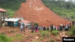 2017年8月14日: 塞拉利昂泥石流后人们检查损害情况