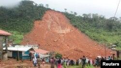Moun kap kade dega lapli ak gwo inondasyon koze nan mòn ki nan zòn site Regent la nan Sierra Leone. 14 out 2017. Foto: REUTERS/Ernest Henry.