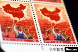 """文革中1968年发行的""""全国河山一片红""""邮票。这套错版邮票2012年在香港以81万6000美元的价格拍卖出去"""