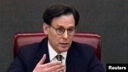 Sidney Blumenthal en su declaración grabada en video durante el juicio politico al presidente Clinton en el Senado.