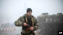 烏克蘭東部亞速海南岸的伯德揚斯克,一名烏克蘭警察在檢查站附近巡邏。週一,烏克蘭議會通過了總統提出的一項30天戒嚴令的動議。 (2018年11月27日)