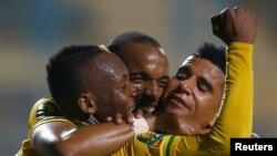 Khama Billiat de Mamelodi Sundown célèbre son but lors d'un match de football en phase des poules de la Ligue des champions d'Afrique contre El Zamalek d'Egypte, au stade Petro Sport, Le Caire, Egypte, 17 juillet 2016.