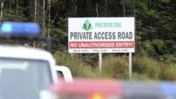 تابلوی در نزدیکی معدن «پایک ریور» از بسته بودن جاده خبر می دهد