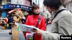 지난해 4월 자원봉사 통역사가 한국 서울을 방문한 일본 관광객(오른쪽)을 돕고 있다.