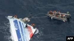 Hải quân Brazil thu hồi các mảnh vỡ từ chuyến bay Air France 447 bị mất tích ở Đại Tây Dương (hình chụp ngày 8 tháng 6, 2009)