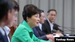 박근혜 한국 대통령이 24일 청와대에서 열린 수석비서관회의에서 모두 발언을 하고 있다.